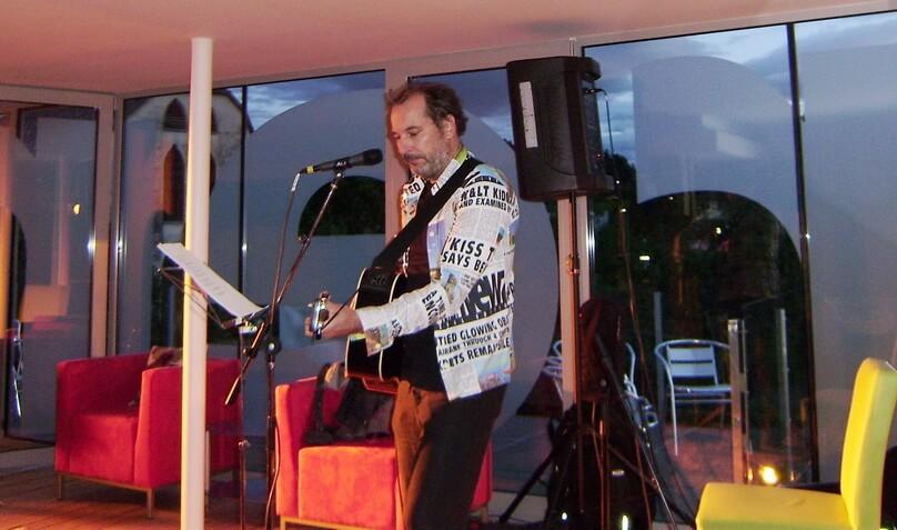 Harald Schwinger mit Gitarre